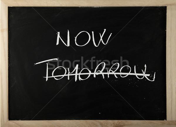Blackboard woord nu morgen textuur hand Stockfoto © Koufax73