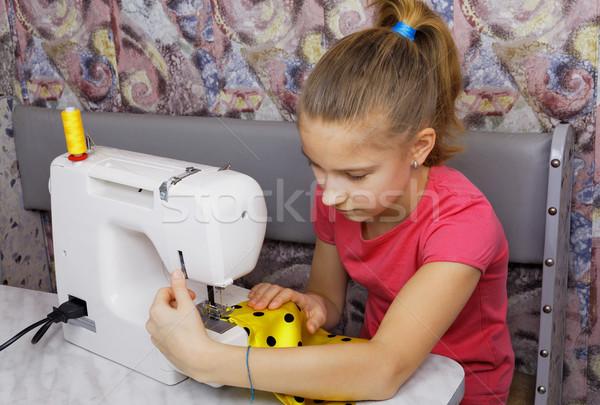 Fille électriques machine à coudre main travaux enfant Photo stock © krugloff