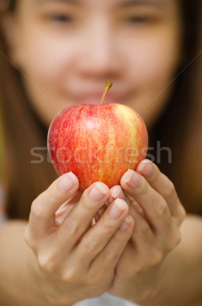Tailandés nina manzana manzana roja mujer manos Foto stock © kttpngart