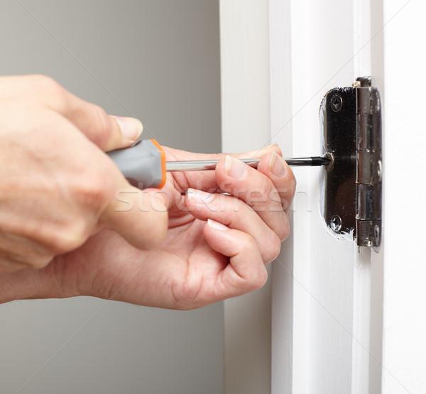 Porta dobradiça instalação mãos chave de fenda Foto stock © Kurhan
