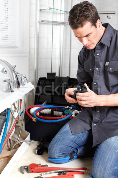 Encanador jovem bonito reparação torneira de água homem Foto stock © Kurhan