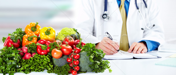 Nutricionista médico homem legumes trabalhando escritório Foto stock © Kurhan