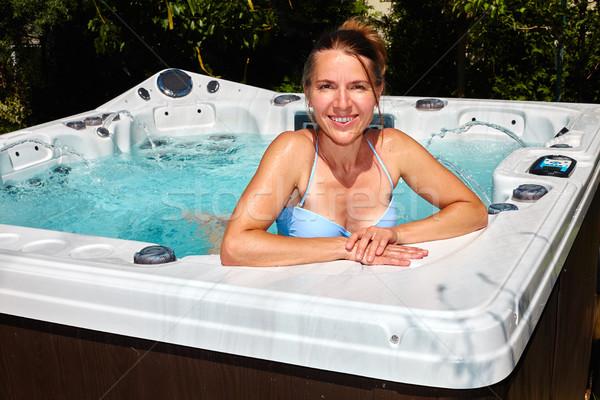 Mujer hermosa relajante bañera de hidromasaje jóvenes salud belleza Foto stock © Kurhan