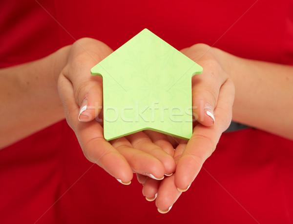 Kéz ház öntapadó jegyzet kezek ingatlanügynök nő Stock fotó © Kurhan