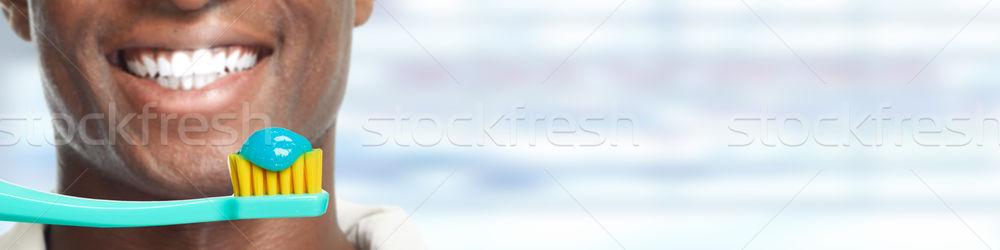 Boca cepillo de dientes jóvenes sonriendo hombre Foto stock © Kurhan