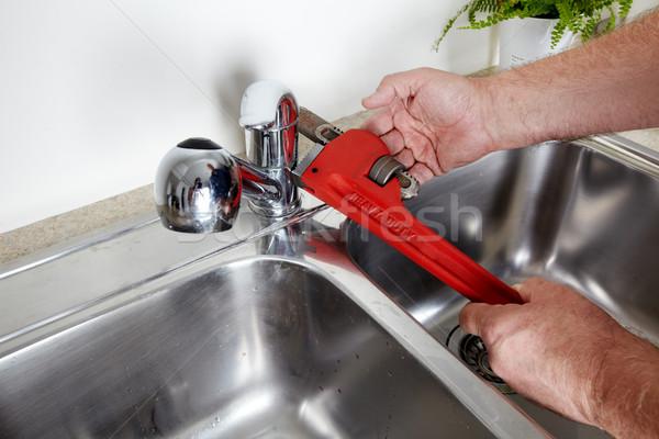 Encanador chave inglesa mãos profissional torneira de água construção Foto stock © Kurhan