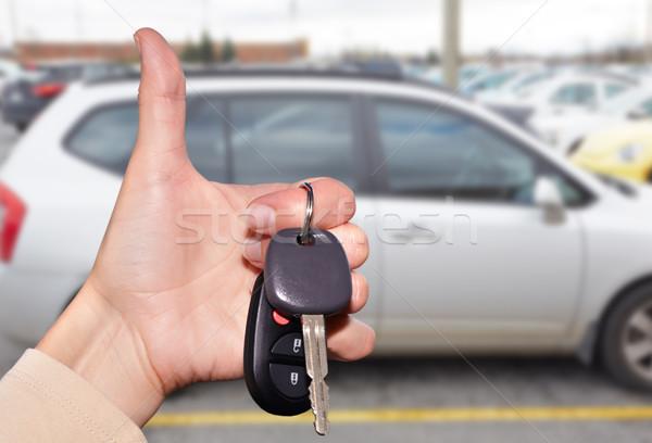 Kereskedő kéz slusszkulcs autókereskedő kulcs autó Stock fotó © Kurhan