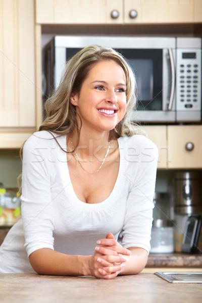 Mulher jovem sorrindo novo moderno casa Foto stock © Kurhan