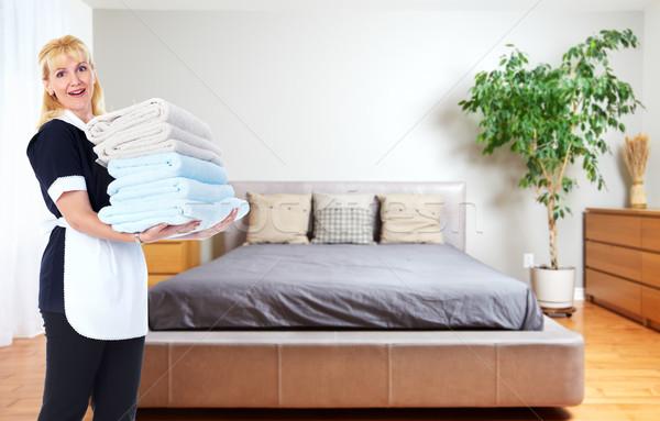 Soubrette femme serviettes maison nettoyage Ouvrir la Photo stock © Kurhan