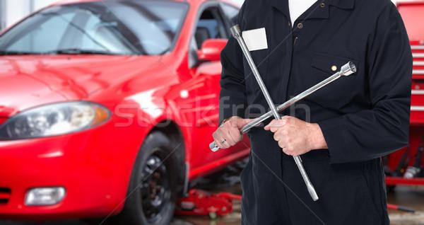 Naprawa samochodów usługi pracownika dojrzały klucz strony Zdjęcia stock © Kurhan