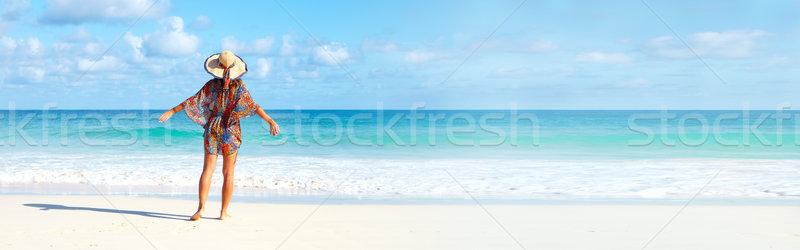 Kadın plaj güzel bir kadın bakıyor okyanus gökyüzü Stok fotoğraf © Kurhan