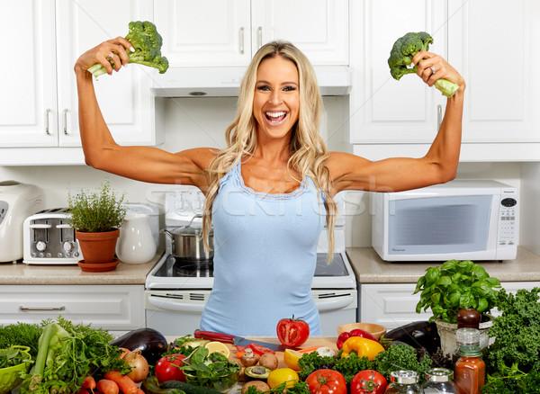 Sterke vrouw broccoli keuken jonge mooi meisje Stockfoto © Kurhan