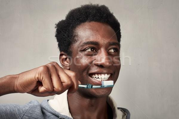 Hombre cepillo de dientes jóvenes hombre negro atención dental belleza Foto stock © Kurhan