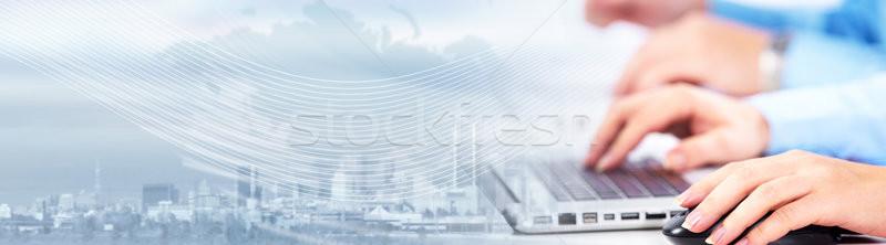 Foto stock: Manos · escribiendo · ordenador · portátil · gente · de · negocios · equipo