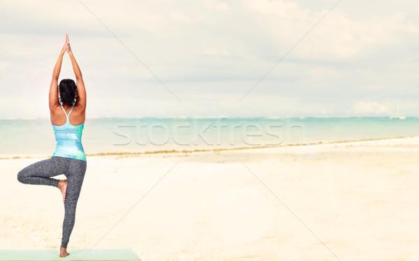 Yoga soleado playa nina mar Foto stock © Kurhan
