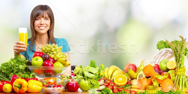 Jonge gezonde vrouw sinaasappelsap vruchten vegetarisch Stockfoto © Kurhan