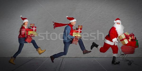 Szczęśliwych ludzi uruchomiony prezenty christmas sprzedaży Zdjęcia stock © Kurhan