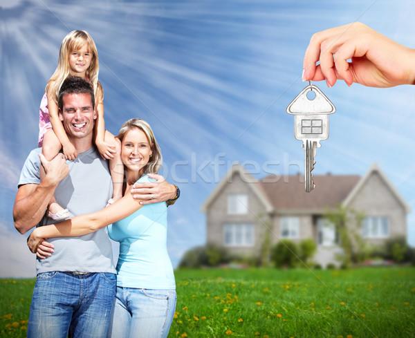Szczęśliwą rodzinę nowy dom nieruchomości niebo rodziny dzieci Zdjęcia stock © Kurhan