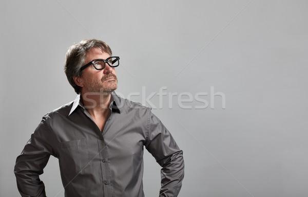 Gondolkodik férfi kaukázusi portré szürke fal Stock fotó © Kurhan