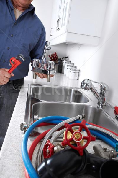 Foto stock: Encanador · chave · inglesa · mãos · profissional · torneira · de · água · construção