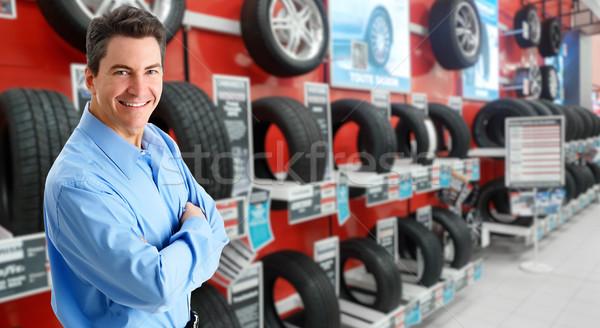 Homme élégant pneu magasin travailleur Photo stock © Kurhan