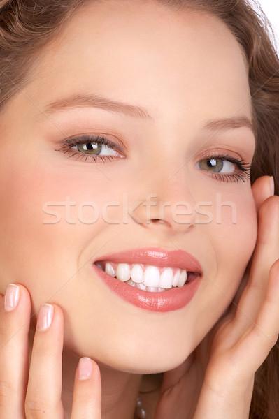 Vrouw gezicht mooie jonge glimlachende vrouw aanraken gezicht Stockfoto © Kurhan