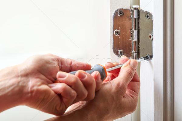 Porte s'articuler installation mains tournevis Photo stock © Kurhan