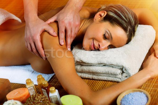 Mujer hermosa masaje relajante spa salón mujer Foto stock © Kurhan