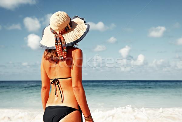 Jeune femme bikini plage femme chapeau plage tropicale Photo stock © Kurhan