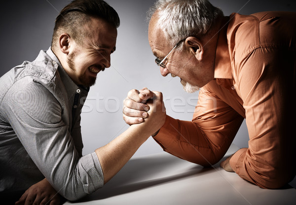 Twee mannen arm worstelen concurrentie twee boos mannen Stockfoto © Kurhan