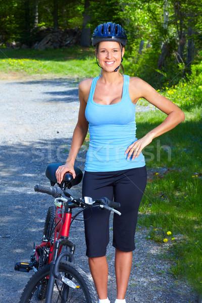 Nő kerékpáros fiatal nő lovaglás park sport Stock fotó © Kurhan