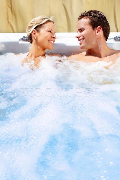 Fericit cuplu jacuzzi relaxare cada cu hidromasaj vacanţă Imagine de stoc © Kurhan