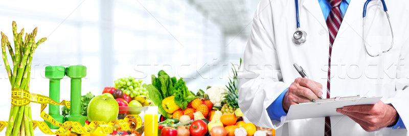 Mãos médico médico frutas legumes homem Foto stock © Kurhan