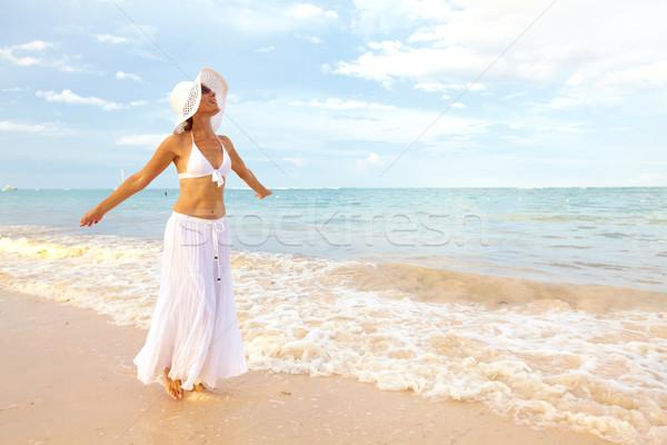 Gelukkig vrouw strand lopen vakantie water Stockfoto © Kurhan