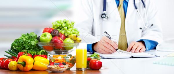 Voedingsdeskundige arts man groenten werken kantoor Stockfoto © Kurhan