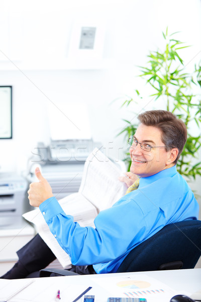 Zakenman glimlachend lezing krant kantoor papier Stockfoto © Kurhan