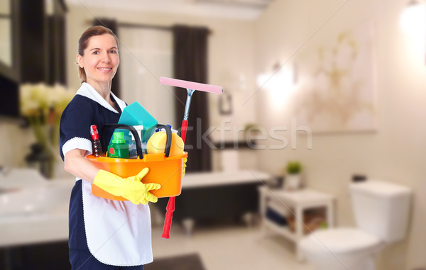 Jovem belo empregada sorridente casa limpeza Foto stock © Kurhan