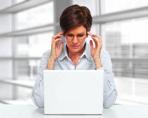 Mulher computador portátil dor de cabeça belo mulher de negócios escritório Foto stock © Kurhan