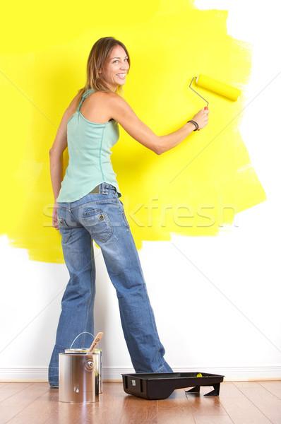 Сток-фото: улыбаясь · красивая · женщина · Живопись · интерьер · стены
