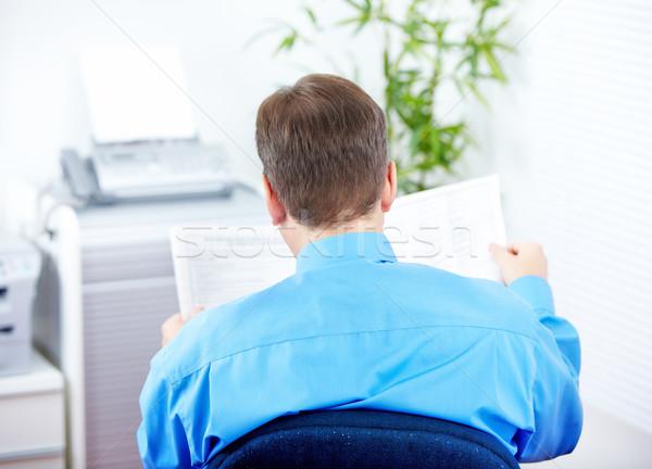 Zakenman lezing krant kantoor papier werknemer Stockfoto © Kurhan