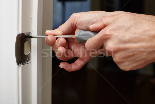 Porte grève plaque installation mains tournevis Photo stock © Kurhan