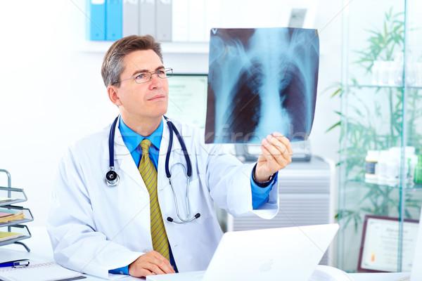 Médico médico olhando raio x imagem escritório Foto stock © Kurhan