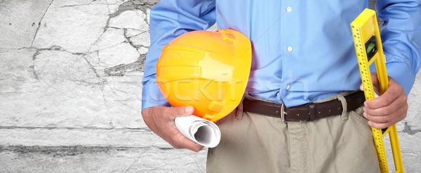Mains travailleur de la construction casque niveau ingénieur plan Photo stock © Kurhan