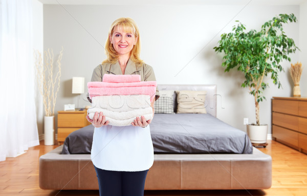 Empregada mulher toalhas casa limpeza serviço Foto stock © Kurhan