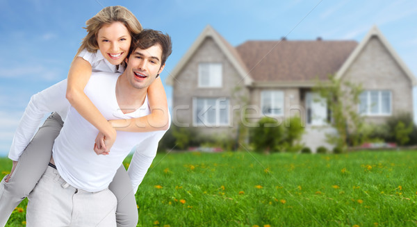 famille heureuse nouvelle maison immobilier ciel famille maison photo stock. Black Bedroom Furniture Sets. Home Design Ideas