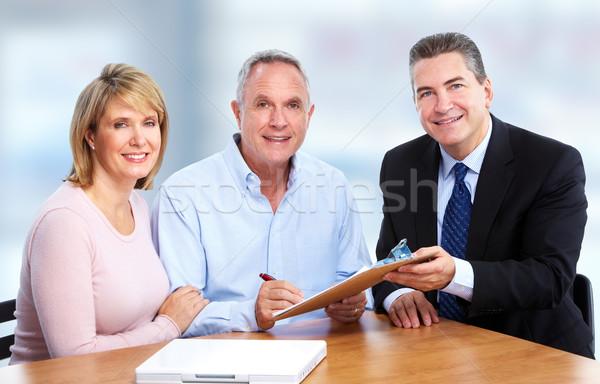 Foto stock: Casal · de · idosos · seguro · agente · falante · aposentadoria · escritório