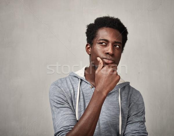 Denken zwarte man afro-amerikaanse jonge man grijs muur Stockfoto © Kurhan
