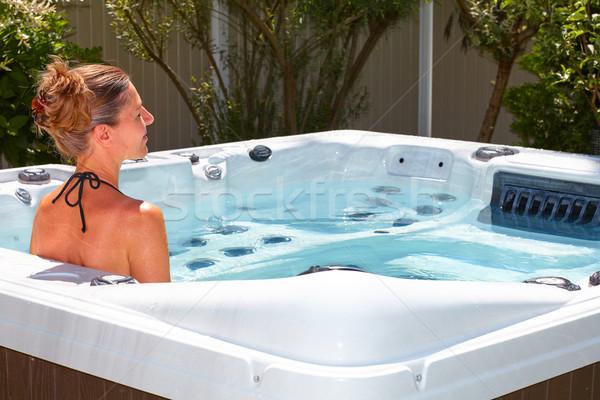 Bela mulher relaxante banheira de hidromassagem jovem mulher água Foto stock © Kurhan