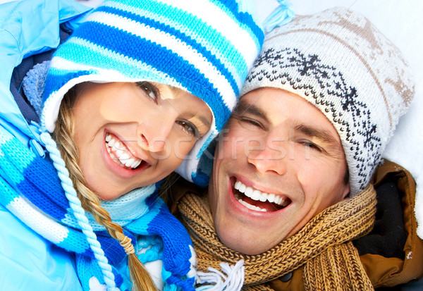 Para młodych szczęśliwy uśmiechnięty miłości zimą Zdjęcia stock © Kurhan