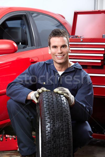 Auto Reparatur gut aussehend Mechaniker Räder Laden Stock foto © Kurhan